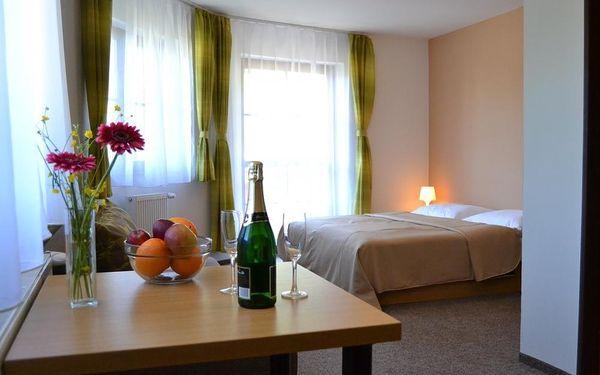 Unikněte stereotypů všedních dní a dopřejte si příjemný relaxační pobyt v krásné přírodě Jeseníků, v místě s nejčistším vzduchem a blahodárným klidem. U nás v hotelu Vás čeká komfortní ubytování, bohatá polopenze i mnoho možností k příjemným procházkám v4