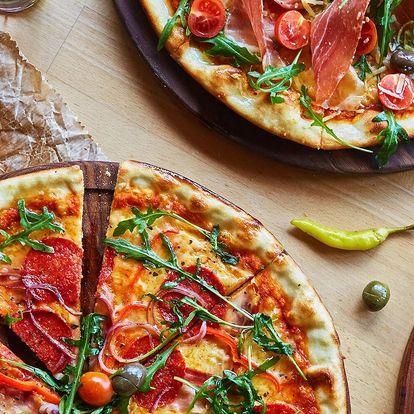 2 čerstvě nazdobené pizzy s průměrem 32 či 45 cm