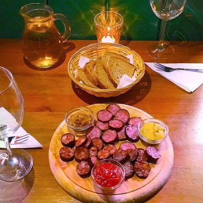 Džbánek vína a klobásové či sýrové prkénko