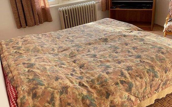 Dvoulůžkový pokoj s manželskou postelí nebo oddělenými postelemi a balkonem.3