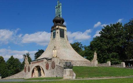Vstup do kaple i expozice památníku Mohyla míru
