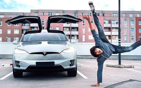 Jízda v elektromobilu Tesla X: řidič či spolujezdec