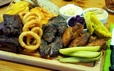 Prkno plné masa: žebírka, křídla, krkovice i řízečky