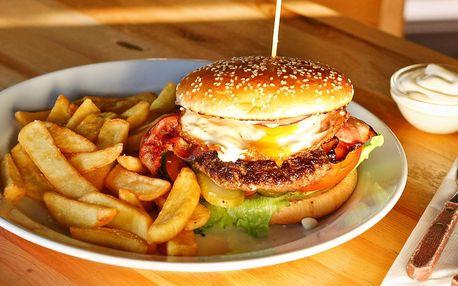 Burger se slaninou, sázeným vejcem a hranolky