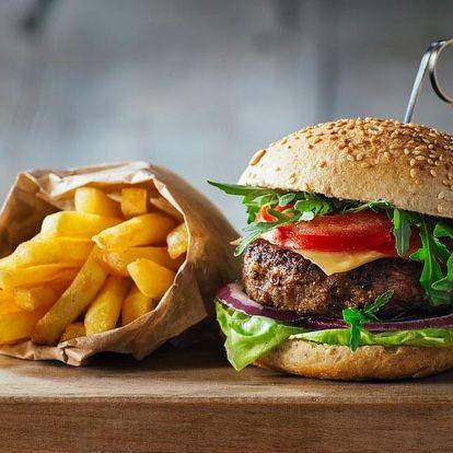 Šťavnatý burger s hranolky, domácí tatarkou nebo kečupem