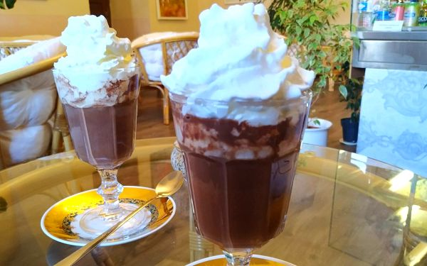 Sladké zahřátí: 2x horká čokoláda se šlehačkou