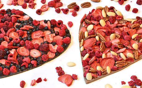 Čokoládová srdce zdobená ovocem i oříšky