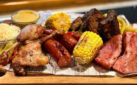 Pekáč plný pečeného masa v Pivovarském šenku