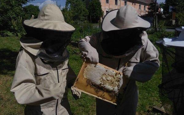 Včelařem na zkoušku na včelí farmě pro dva3