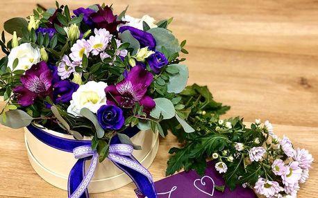 Květinový box s rudými růžemi a chryzantémamy