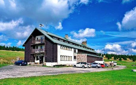 Krkonoše: Dvorská Bouda u turistických stezek se saunou, koly a polopenzí