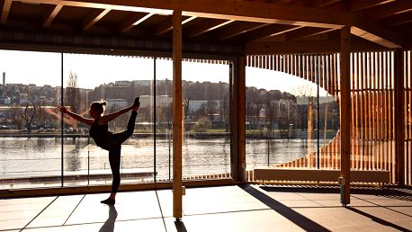 Dopolední lekce jógy s výhledem na Vltavu