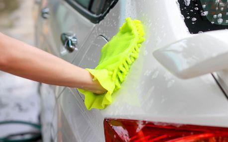Ruční mytí vozu v centru Brna