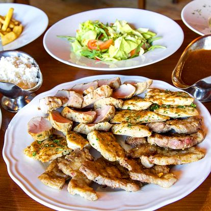 Plný stůl pro 4 nebo 6 osob: šunka, steaky i panenka