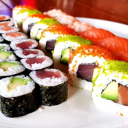 30 nebo 44 ks sushi s lososem, avokádem i tuňákem