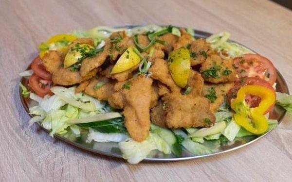 600 g řízků (kuřecí a vepřové), salát a pečivo5