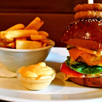 Burger podle výběru ze 3 druhů, hranolky a dip