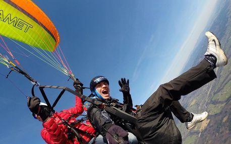 Paraglidingový let s akrobatickými prvky
