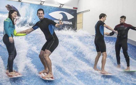 Surfování pod střechou na umělé vlně pro nováčky i pokročilé