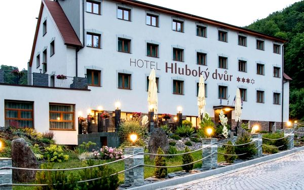 Olomoucko: Nabitý wellness balíček v hotelu Hluboký dvůr s polopenzí