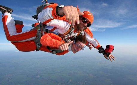 Tandemový seskok padákem ze 4 kilometrů rychlostí až neuvěřitelných 200 km/h