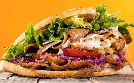 Kebab se sýrem v tureckém chlebu a nápoje pro 2