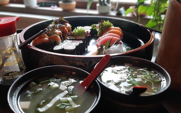 2 polévky a velký sushi set (32 ks)2