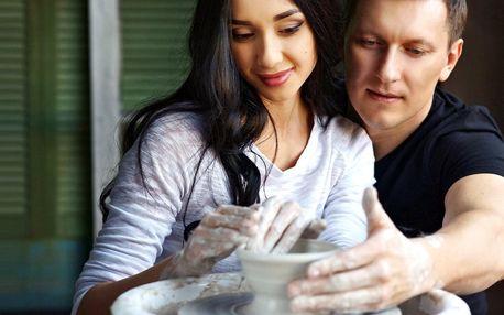 Výroba hrnků na hrnčířském kruhu pro zamilované páry