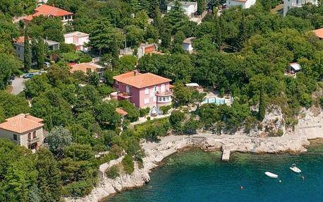 Chorvatsko ve Ville Dora přímo u pláže v apartmánech s kuchyňkou a bazénem
