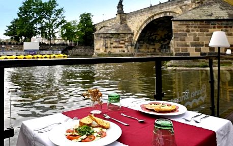 Tříchodové menu s výhledem na Karlův most v Charles Bridge Restaurantu