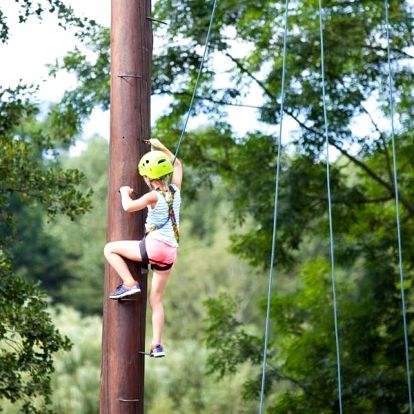 Bezpečný adrenalin v lanovém centru na Malé Skále