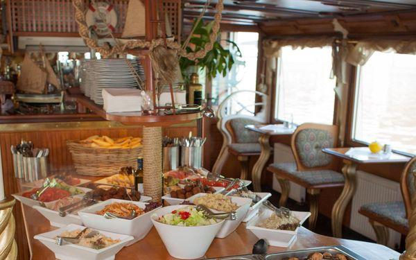 Dvouhodinová plavba po Vltavě s all can you eat rautem pro jedno dítě2