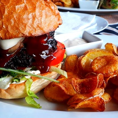 Pořádný burger, domácí bramborové chipsy a tatarka