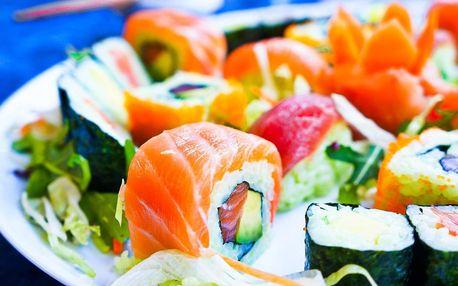 Sushi sety v bistru s otevřenou kuchyní