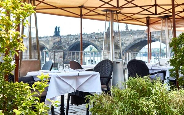 Večeře na Kampě s vyjížďkou na lodi | Praha | Duben - říjen. | 30 min. projížďka + večeře.3