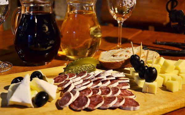 Půllitr sudového vína a talíř sýrů a uzenin pro dva3