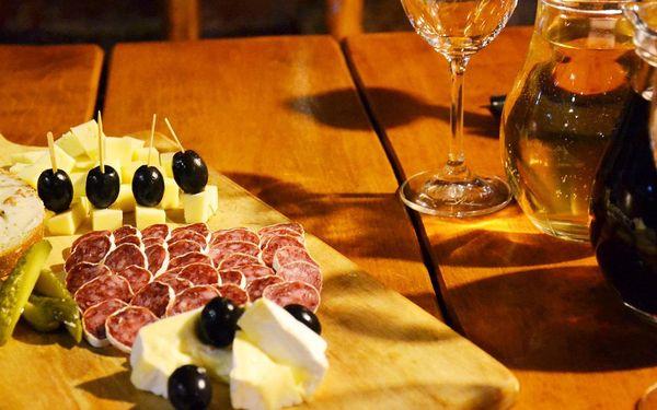 Půllitr sudového vína a talíř sýrů a uzenin pro dva4