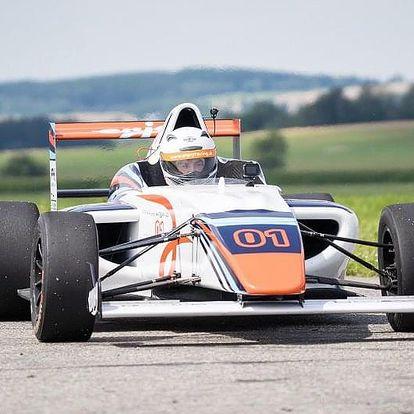 Závodní den - formule F4 vs. Ariel Atom