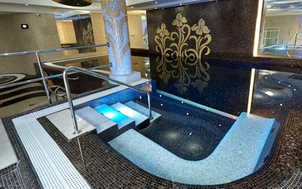 Karlovy Vary exkluzivně v centru: 4* Spa Hotelu IRIS s neomezeným wellness, bazénem, procedurami a polopenzí