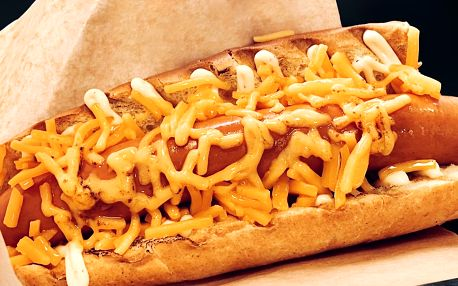 Hot dog s čedarem a nealko nápoj podle výběru