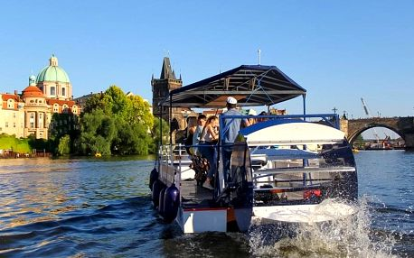 Popíjení piva pro 1 i celou partu na šlapací lodi Prague Cycle Boat v Praze