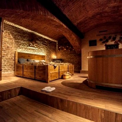 Léčivá pivní koupel v dřevěné vířivce s masáží v Pivních a vinných lázních v Praze