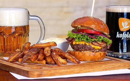 Vymazlené burgery s hranolky a plzní nebo kofolou
