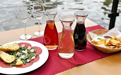 Víno, chipsy a carpaccio pro 2 u Karlova mostu