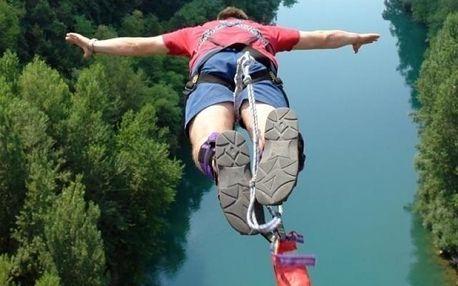 Bungee jumping z mostu vysokého neskutečných 62 metrů