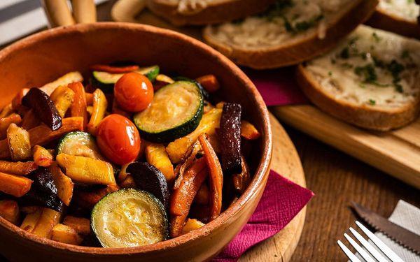 Grilované špízy z kuřecích stehen, teplý zeleninový salát a rozpečený chléb se sýrem2