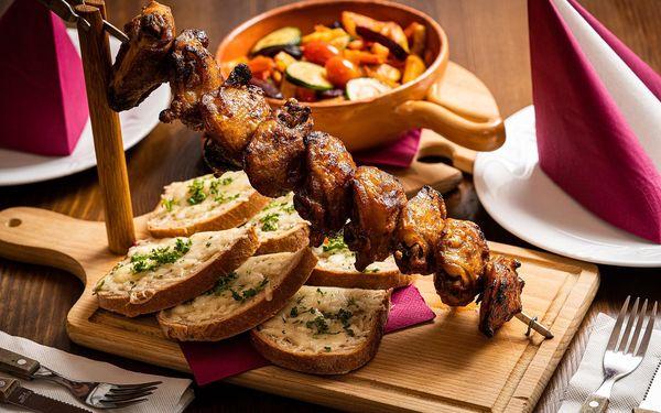 Grilované špízy z kuřecích stehen, teplý zeleninový salát a rozpečený chléb se sýrem3