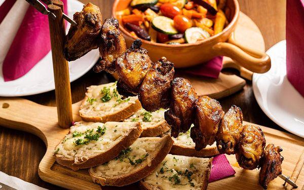 Grilované špízy z kuřecích stehen se zeleninou