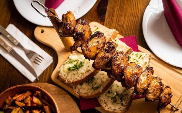 Grilované špízy z kuřecích stehen, teplý zeleninový salát a rozpečený chléb se sýrem4