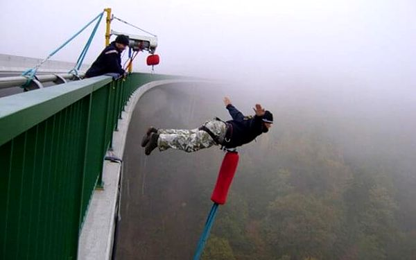Bungee jumping   Chomutov   Duben – říjen, obvykle v sobotu.   5 min. - 2 hod.2